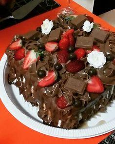 Bolo de Brigadeiro com Morango versão Chocolate Suiço para encerrar a semana com chave de ouro   #browniedakelly   #cakeporn #foodporn #instafood #foodie #mouthwatering #cakelover #decoração #confeitaria #patissier #brigadeiro #brigadeirando #morangocombrigadeiro #lindt #bolo #pie #torta #strawberry #cake #bolodeaniversario #morango #strawberry #truffle #chocolatetruffle #trufa #delicia #fresquinho #homemade #caseiro #artesanal #encomendas