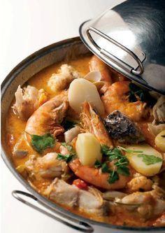 "Portuguese Delights - ""Cataplana de Peixes Mistos à Algarvia"" - all sorts of fish and seafood stewed in a ""cataplana"", a kind of wok with a lid. Fish Recipes, Seafood Recipes, Cooking Recipes, Fish Dishes, Seafood Dishes, Seafood Stew, Portuguese Recipes, Portuguese Food, Comida Latina"