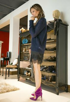 vestido lencero con zapatos morados
