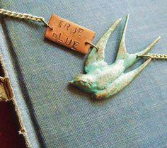 Vogel Halskette mit gestempelten angepasste Plaque blau grün Grünspan Jugendstil Steampunk Swallow Sparrow Halskette