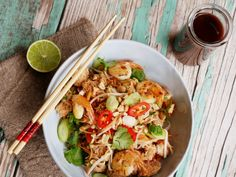 Always a favourite whenever I head to Singapore or beyond, there is something magical about the sauce in an authentic Pad Thai. Drops Recipe, Thai Salads, Thai Recipes, Food Hacks, Pasta Salad, Seafood, Singapore, Asian, Tips