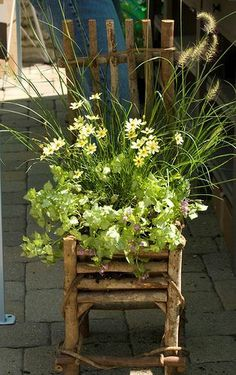 Today we are presenting you do it yourself wooden planters. To help you with the wooden planters we found awesome tutorials. Wooden planters look the best Garden Chairs, Garden Pots, Container Plants, Container Gardening, Jardin Decor, Chair Planter, Wooden Planters, Fall Planters, Yard Art