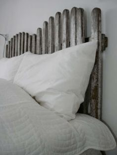 old wooden fence headboard.I do not know but it is interesting.and I am looking for a headboard. Bedroom Themes, Kids Bedroom, Bedrooms, Master Bedroom, Green Bay, Picket Fence Headboard, Beach Room, Romantic Cottage, Headboards For Beds