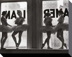 Ballett - Tänzerinnen Auf Der Fensterbank Des Proberaums - Hochwertige Leinwanddrucke - online im Shop von 1art1 kaufen