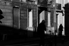 Black and White Street Photography in Bordeaux - Chase #blackandwhite #streetphotography #bordeaux