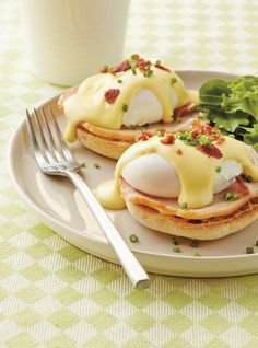 Eggs Benedict is a classic egg recipe that's perfect for the holidays, brunch or anytime. Poached eggs covered in a luscious hollandaise sauce, yum! Sauce Hollandaise, Delicious Breakfast Recipes, Brunch Recipes, Yummy Food, Eggs Benedict Recipe, Egg Benedict, Tapas, Ricardo Recipe, Chicken And Waffles