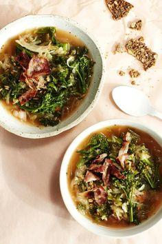 Kaali-pekonikeitto - Tämä herkullinen kylmän kauden keitto saa makunsa pekonista. Kolmen kaalin kimara ja ateriajyvät tuovat annokseen runsaasti kuitua. (Soppa365)