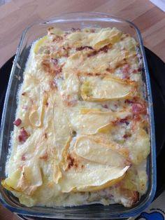 Tartiflette de Savoie ★ 1 reblochon & demi + 1,2 kg pommes de terre + 1 tranche de jambon fumé (ou lardons ou bacon) + 500g oignons (+40 cL blanc sec)