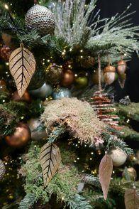 Botanische kersttrend voor 2017! Vooral veel groen en natuurlijke elementen. Botanical christmas trend 2017. Green, greener, greenest. More on http://www.christmaholic.nl. Green christmas ornaments. Groene kerstballen.