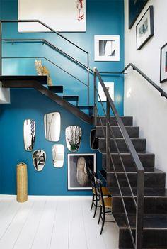 decoracion-en-blanco-y-negro-pared-azul-duplex-de-la-interiorista-sarah-lavoine-paris