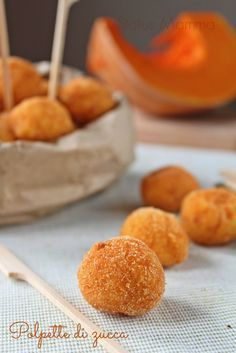Polpette di Zucca con Provolone e Patate (Zucchini and Provolone Croquette) I Love Food, Good Food, Yummy Food, Tasty, Finger Food Appetizers, Finger Foods, Baby Food Recipes, Cooking Recipes, Tolle Desserts