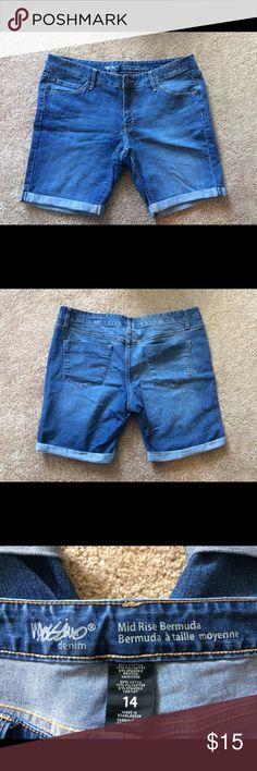 Bermudas from Target Size 14. Gently worn. Mid-rise bermudas. Shorts Bermudas