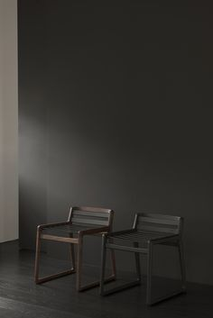 Comodo by Miyazaki Chair Factory Diy Furniture Chair, Danish Furniture, Diy Pallet Furniture, Dining Room Furniture, Furniture Design, Contemporary Chairs, Furniture Collection, Chair Design, Home Interior Design