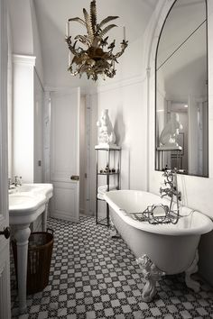 Сложно и одновременно интересно работать с комнатами неправильной формы. Требуются нестандартные идеи дизайна ванной. Как раз для таких случаев мелкая мозика на полу — прекрасная идея. Арочную форму окна подчеркивает зеркало той же формы. Как видите, достаточно одной оси симметрии, чтобы помещение выглядело правильным и комфортным.
