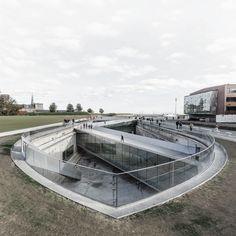 Construido por BIG en Helsingor, Denmark con fecha 2013. Imagenes por BIG. El Museo Marítimo de Dinamarca tuvo que encontrar su lugar dentro de un contexto histórico y espacial único, entre un...