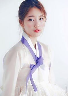 Suzy looking absolutely marvelous in a hanbok in the December 2015 issue of Look. I hope the peo