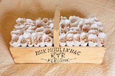 colocar-en-cestas-los-conos-de-flores-arroz-de-la-boda-hechoporkit2