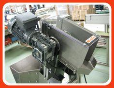 Transportador de banda con inclinación y trabas para alimentación de tornillos, realizado en perfil de aluminio y accesorios MiniTec.