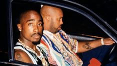 """In Las Vegas, Tupac Shakur, """"Suge� Knight and an entourage were on their way to watch the heavy weight championship fight. Tupac Shakur, Tupac Resurrection, Tupac Tattoo, 2pac And Biggie, Tupac Pictures, Wall Pictures, Tupac Wallpaper, Tupac Makaveli, Animales"""