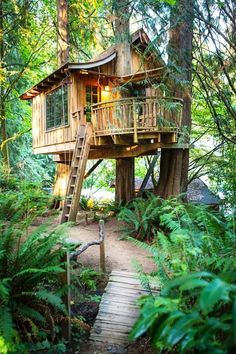 Another beautiful piece from tree house bed and breakfast in Issaquah - Treehouse Point. The nest was designed for families and it has a a table that can seat 6 people and beds that can sleep up to 4 individuals. A nice outside deck Building A Treehouse, Treehouse Ideas, Treehouse Living, Treehouse Hotel, Backyard Treehouse, Tiny House Swoon, Cool Tree Houses, Beautiful Tree Houses, Beautiful Forest