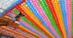 Homem coloca nesta terça-feira (8) cartões com desejos de fiéis budistas em lanternas de lótus no Templo Jogye, em Seul, na Coreia do Sul, para as celebrações que marcam o aniversário de Buda no país.