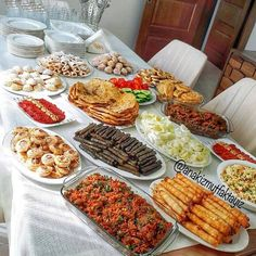 Guest tables - All Recipes Iftar, Party Food Buffet, Food Platters, Food Decoration, Pinterest Recipes, Pinterest Food, Turkish Recipes, Appetisers, Food Presentation