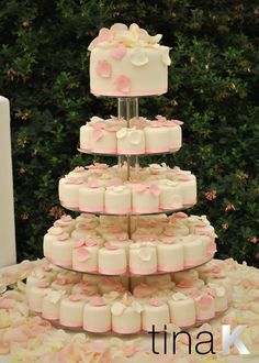 individual small wedding cakes the idea of a small wedding cake then pass out 16431