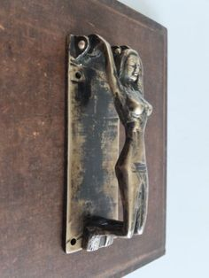 VINTAGE-ANTIQUE-STYLE-HAND-MADE-SOLID-BRASS-WOMAN-SCULPTURE-DOOR-KNOCKER