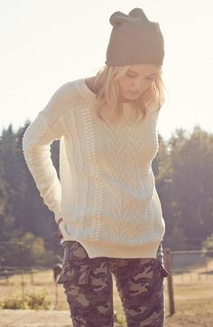 Fall outfit essentials: Slouchy sweater, beanie and skinny pants.