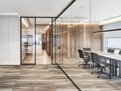 Modern offices: Ideas, Photos, Decoration and Interior Design . Find ideas for Interiors with many of inspiring photos from design professionals. Cool Office Space, Office Space Design, Modern Office Design, Office Interior Design, Office Interiors, Corporate Office Decor, Corporate Offices, Warehouse Office, Glass Office