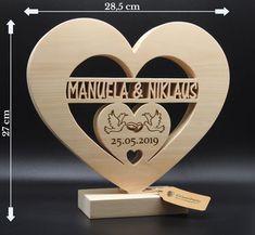 XXL Herz mit ausgesägten Namen des Brautpaares, mit Taubenpaar und DatumIhr ganz persönliches Hochzeitsgeschenk aus Zirben Holz!...inkl. filigran ausgesägte Namen des Brautpaares, und Gravur vom Hochzeitsdatum!...wunderschönes, in aufwendiger Handarbeit gefertigtes Zirben Holz Herz mit Hochzeitsringe und Namen des Brautpaares auf massiven Sockel! Hier wurde nicht an wertvollen und intensiv duftende Zirbenholz gespart!Damit wird das Brautpaar lange eine Freude haben, und sich g Custom Wood Signs, Wooden Signs, Quillow Pattern, Wall Shoe Rack, Original Wedding Gifts, Router Projects, Barbie Paper Dolls, Got Wood, Scroll Saw Patterns