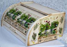 Bylinky v plecháčoch / Pupavkashop - SAShE. Decoupage Furniture, Decoupage Art, Decoupage Vintage, Hand Painted Furniture, Shabby Chic Upcycling, Diy And Crafts, Paper Crafts, Painted Boxes, Wooden Diy