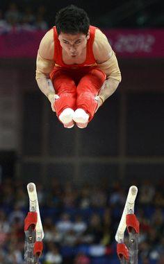 El chino Zhe Feng, medalla de oro en la final de las barras paralelas masculinas. EFE
