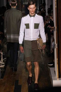 Maria Grazia Chiuri and Pierpaolo Piccioli presented their Spring/Summer 2014 collection for Valentino during Paris Fashion Week, featuring workwear and army-inspired pieces. Raf Simons, Valentino, Vogue Paris, Stylish Men, Men Casual, Military Looks, Military Style, Julien David, High Fashion Looks