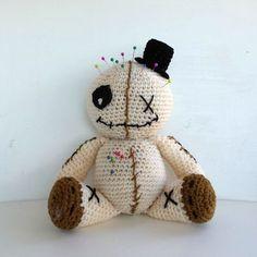 Schema per uncinetto dettagliato e gratuito per realizzare una Voodoo doll bambola amigurumi . Design di Fabcroc english translation available