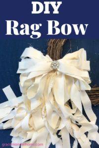 How to Make a Rag Bow - Super Easy DIY Rag Bow Tutorial Learn how to make an easy rag bow for wreaths and home decorating! These rag bows are so pretty and easy to make. Make your own rag bow today! Diy Bow, Diy Ribbon, Ribbon Crafts, Ribbon Bows, Ribbon Flower, Fabric Crafts, Fabric Bow Tutorial, Rag Wreath Tutorial, Flower Tutorial