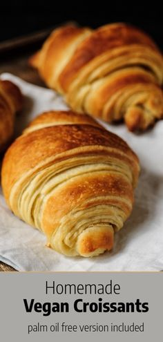 Recipe for vegan croisants, step-by-step instructions on how to handle dough and shape croissants, palm oil-free version included. #vegancroissants #veganrecipes Seitan, Vegan Croissant, Vegan Foods, Vegan Vegetarian, Bread Recipes, Vegan Recipes, Potato Recipes, Pasta Recipes, Gluten Free Recipes