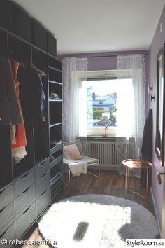 Här bor vi under semestern.   Älskar campinglivet. Det är så avkopplande och så är det väldigt skönt att ha sitt eget lilla hem med sig då man bor någon annanstans!. Detta är en Kabe Safir XL-85 där det mesta är omgjort. Allt är målat i vitt både luckor, väggar, golv och tak. En del lampor är utb...