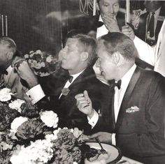 1960. 10 Juillet. Frank Sinatra (right) sits next to Senator John F. Kennedy at a fund-raiser, on the eve of Kennedy's selection as the Democratic Presidential nominee. Los Angeles. 7/10/60