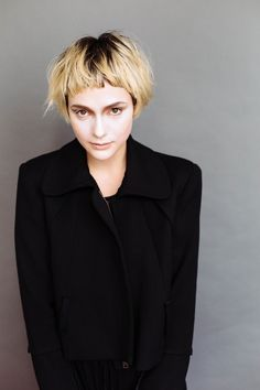 Dark roots and light ends #MaloryHS #RoxieDarling #WesSharpton #TonyKelley #MichaelGordon #purelyperfect #hairstorystudio #makeyourhairastory #blondes #shorthair #bowlcuts