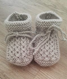 Baby Knitting Patterns Free Knitting Pattern Little Eyes Baby Booties - Cute cable booties designed for newborns but easily. Knit Baby Booties Pattern Free, Knitted Booties, Crochet Baby Booties, Baby Bootees, Knit Baby Shoes, Knitted Baby Socks, Baby Knits, Knit For Baby, Knitting For Kids