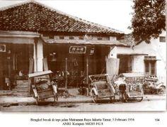 Bengkel becak di tepi Jalan Matraman Raya, Jakarta Timur, 5 Februari 1956