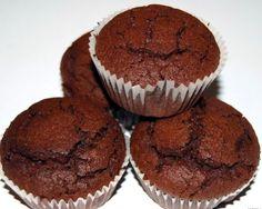 muffin light70 g di farina 00 60 g di farina integrale 50 g di cacao amaro mezzo cucchiaino di sale 1 cucchiaino di lievito in polvere 1 cucchiaino di bicarbonato di soda 130 g di passata di mela cotta 100 g di zucchero di canna integrale 80 g di miele 1 uovo 180 g di yogurt greco 90 g di gocce di cioccolato, più un po' per decorare