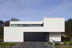 Om te voorkomen dat de woning op een rechthoekige witte doos zou lijken, haalde de architect enkele happen uit het volume. Door dat idee verder uit te puren, ontstond een transparante woning met een dynamische gevel.