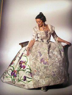 Pater yo diria que sí el dibujo es igual. Spain Fashion, European Dress, Spanish Art, Daisy Mae, Textile Fabrics, Traditional Outfits, Anthropologie, Valencia Spain, Glamour