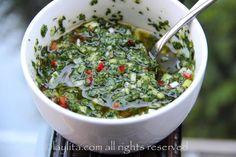 Receta para la tradicional salsa chimichurri argentina, preparada con perejil, orégano, ajo, cebolla, aji o pimiento picante, vinagre y aceite.