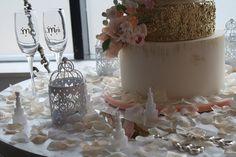Dekoracje weselne – motyw glamour - Elegancja, szyk, klasa – to właśnie te słowa najlepiej opisują wesele w stylu glamour. To niezwykle piękna dekoracja. Można również powiedzieć, że glamour to także przepych, bogactwo, wyraziste kolory oraz zdobienia. Samo przyjęcie powinno odbywać się w dworze lub pałacu. Takie miejsce fantastycz... - http://www.letswedding.pl/dekoracje-weselne-motyw-glamour/