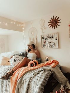 10 Amazing Dorm Room Wall Decor Ideas to Make Your Roommates Jealous This dorm wall decor is so cute! Cozy Dorm Room, Dorm Room Walls, Cute Dorm Rooms, Lights In Dorm Room, Dorm Room Beds, String Lights Dorm, Dorm Room Headboards, Bed Room, Kids Rooms