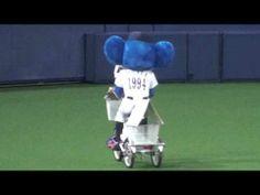 2013.08.21 8回表ドアラの三輪車タイム - YouTube