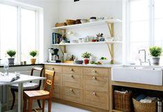 Ohmagawd… i LOVE Swedish design: Simple kitchen storage ideas Swedish Kitchen, Scandinavian Kitchen, Wooden Kitchen, Rustic Kitchen, Kitchen Dining, Kitchen Decor, Kitchen Sink, Modern Country Kitchens, Country Kitchen Designs